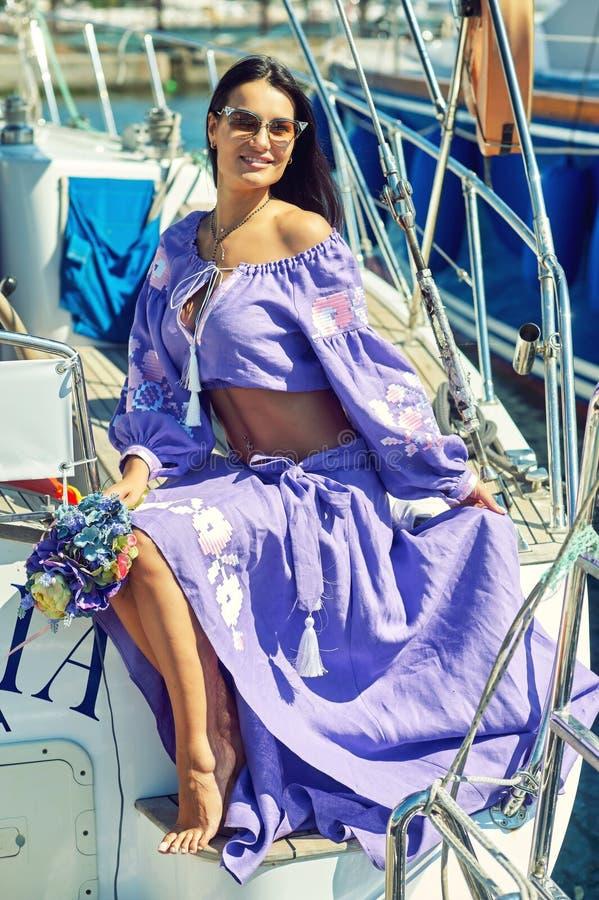 Attraktiv ung kvinna på en yacht på en sommardag fotografering för bildbyråer