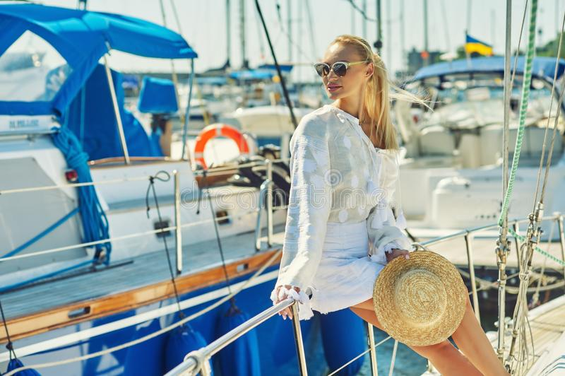 Attraktiv ung kvinna på en yacht på en sommardag royaltyfri foto