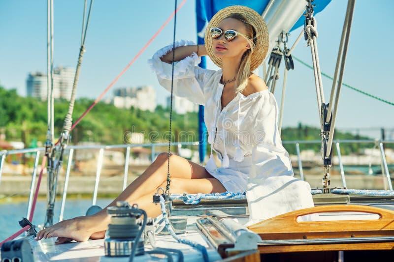 Attraktiv ung kvinna på en yacht på en sommardag arkivfoto