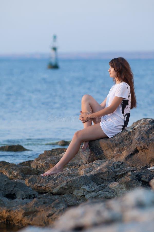 Attraktiv ung kvinna på havet fotografering för bildbyråer