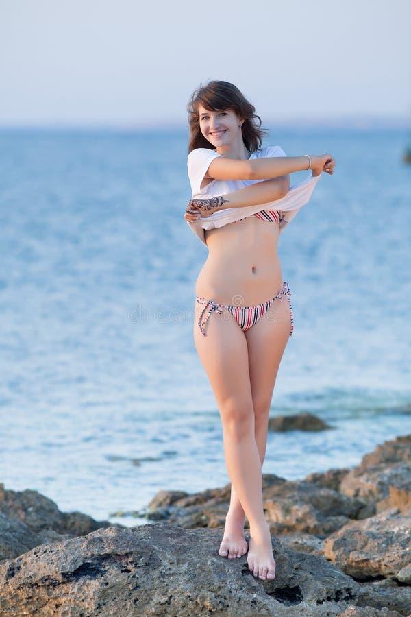 Attraktiv ung kvinna på havet royaltyfria bilder