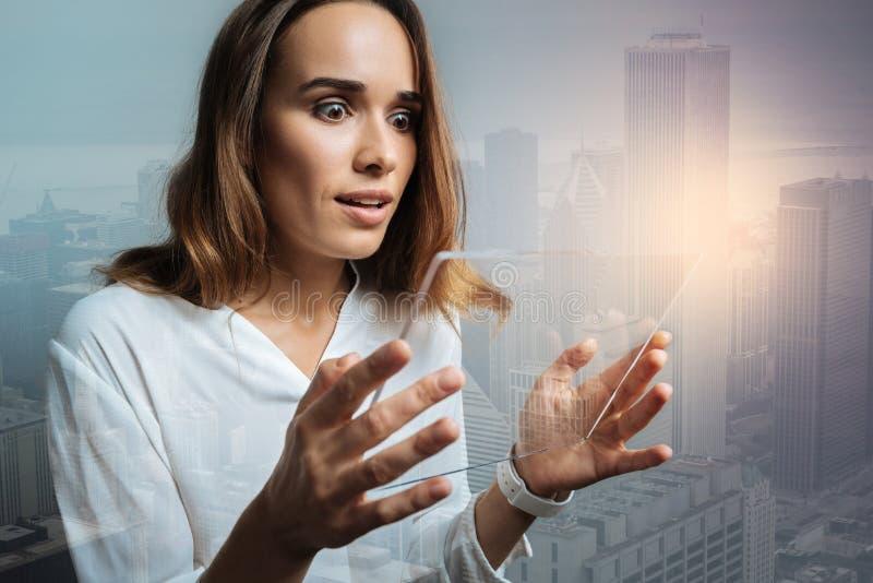 Attraktiv ung kvinna som använder moderna teknologiska apparater royaltyfria foton