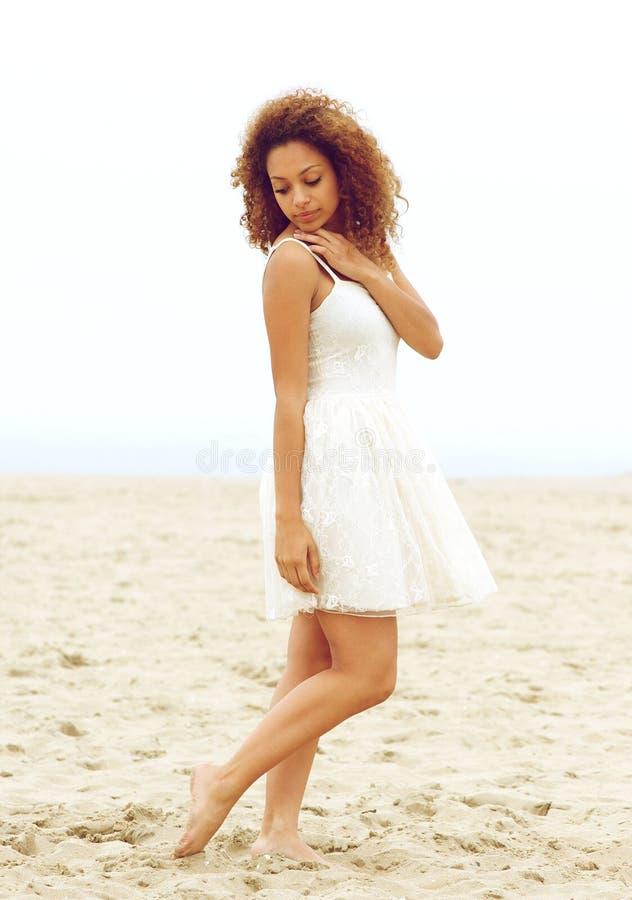 Attraktiv ung kvinna som bara går på stranden arkivbild