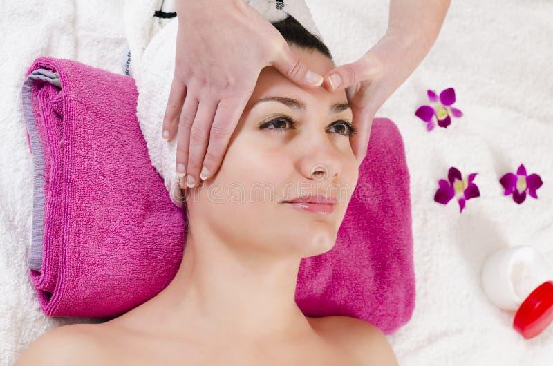 Ansikts- massage arkivfoton