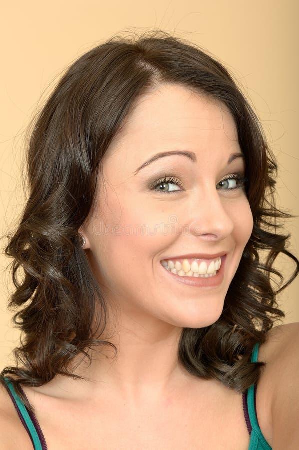 Attraktiv ung kvinna som grinar visa hennes tänder royaltyfria bilder