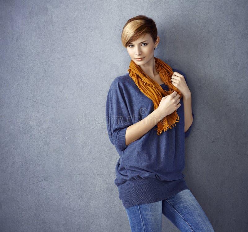 Attraktiv ung kvinna som lutar till väggen royaltyfri fotografi