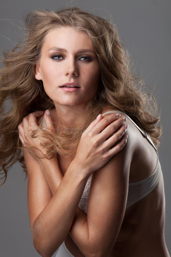 Attraktiv ung kvinna som poserar i erotisk damunderkläder arkivbild