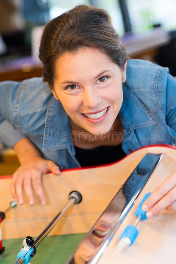 Attraktiv ung kvinna som spelar fotboll och att le för tabell arkivfoton