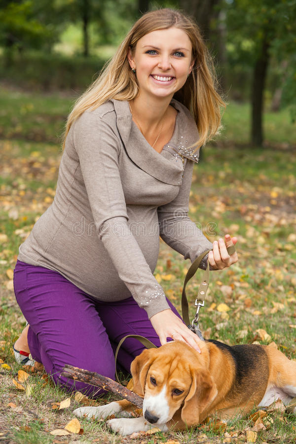 Attraktiv ung kvinna som spelar med hennes husdjur royaltyfri fotografi