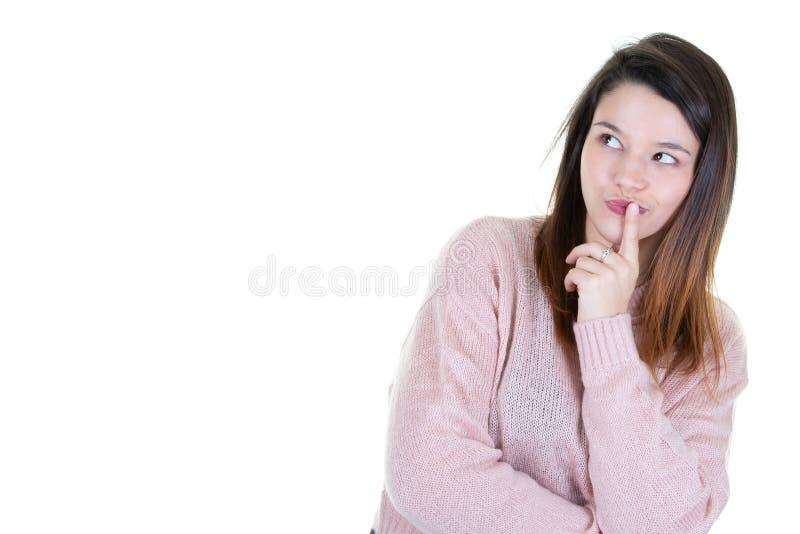 Attraktiv ung kvinna som står isolerat att tänka se tomt sidokopieringsutrymme arkivbilder