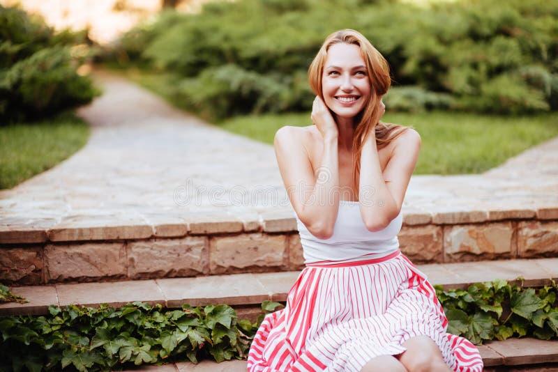Attraktiv ung kvinna som tycker om hennes tid royaltyfria foton