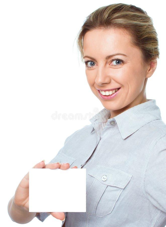 Attraktiv ung kvinna som visar det tomma tomma tecknet för pappers- kort med kopieringsutrymme för text royaltyfria bilder