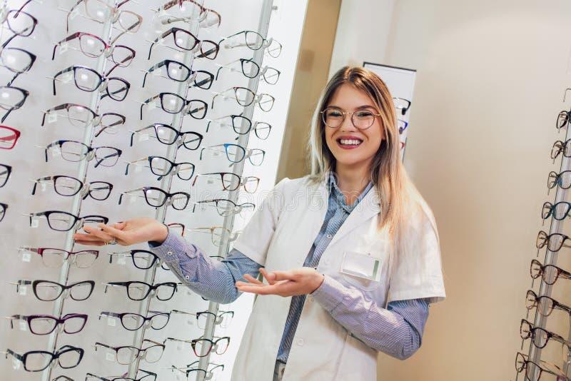 Attraktiv ung kvinnlig doktor i oftalmologiklinik royaltyfri foto