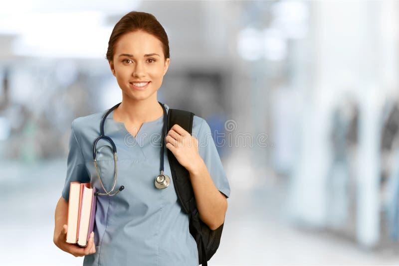 Attraktiv ung kvinnlig doktor med suddigt royaltyfria bilder