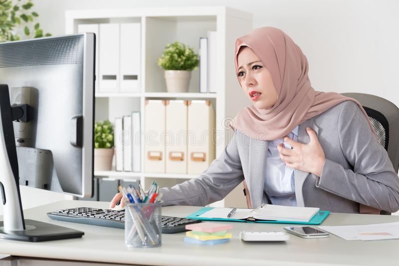 Attraktiv ung kvinnlig muslimkontorsarbetare royaltyfri foto
