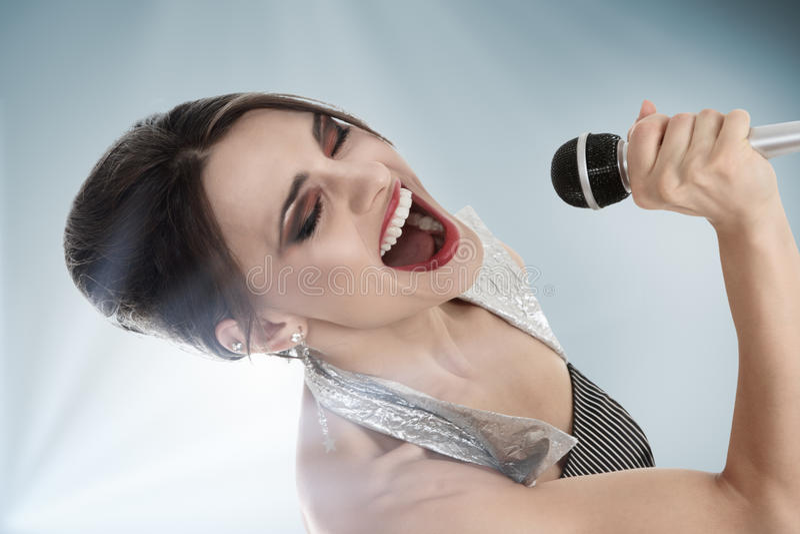 Attraktiv ung kvinnligsångare royaltyfri bild