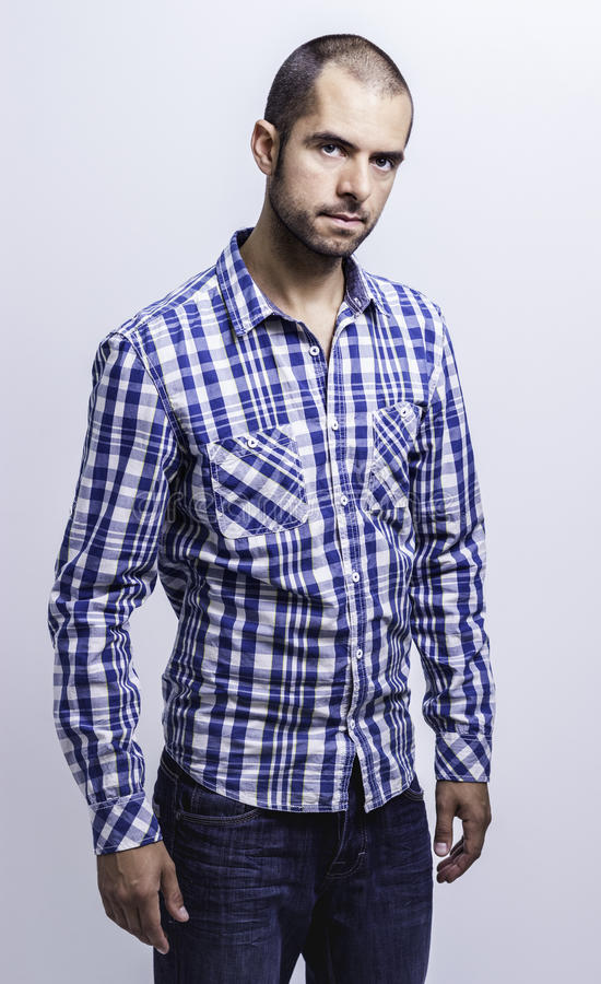 Attraktiv ung man i en plädskjorta fotografering för bildbyråer