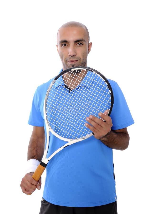 Attraktiv ung man som spelar tennisståenden arkivbild