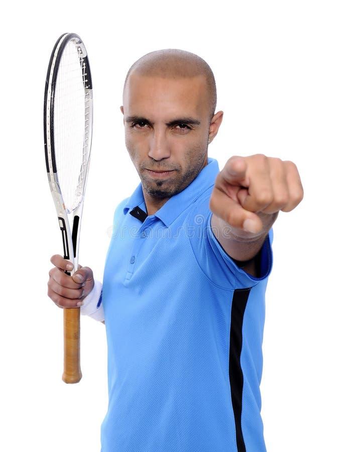 Attraktiv ung man som spelar tennisståenden royaltyfri foto