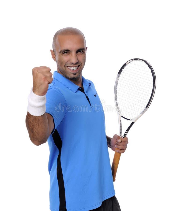 Attraktiv ung man som spelar tennisståenden arkivfoto