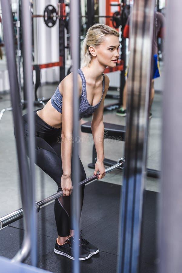 attraktiv ung sportive kvinna som gör deadlift fotografering för bildbyråer