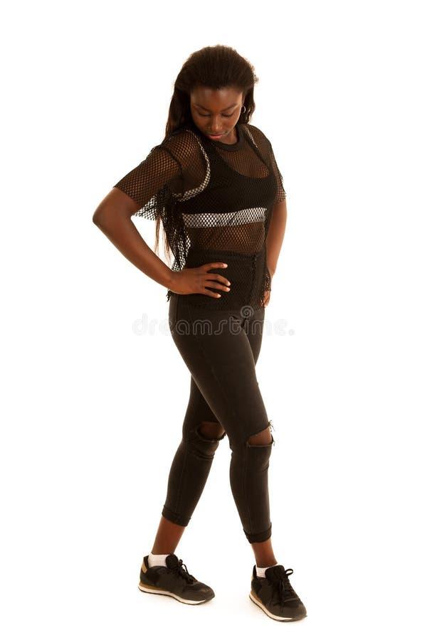 Attraktiv ung svart kvinna - full längdstående arkivbild