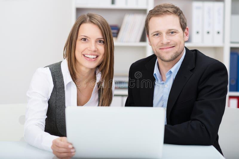 Attraktiv vänlig ung affärsman och kvinna royaltyfria foton