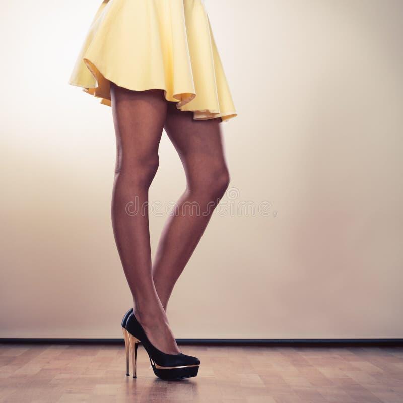 Attraktiva ben av kvinnan arkivbilder