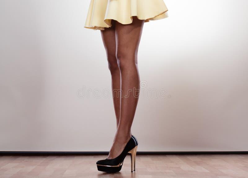 Attraktiva ben av kvinnan royaltyfri foto