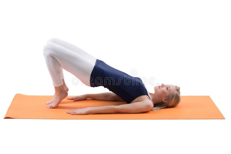 Attraktiva blonda kvinnautbildningsbakdelar och höftmuskler arkivfoton