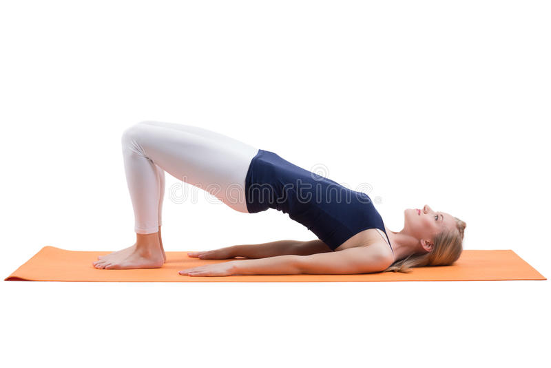 Attraktiva blonda kvinnautbildningsbakdelar och höftmuskler på ett mattt fotografering för bildbyråer