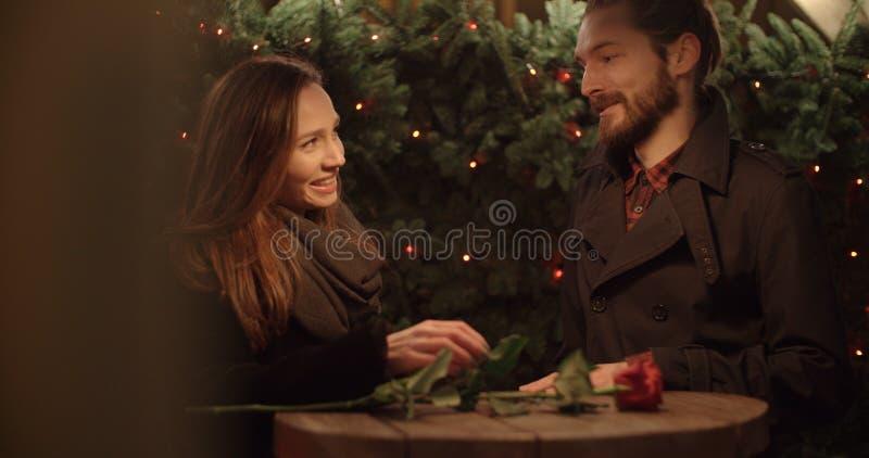 Attraktiva caucasian par på ett datum i en stad på natten arkivbild