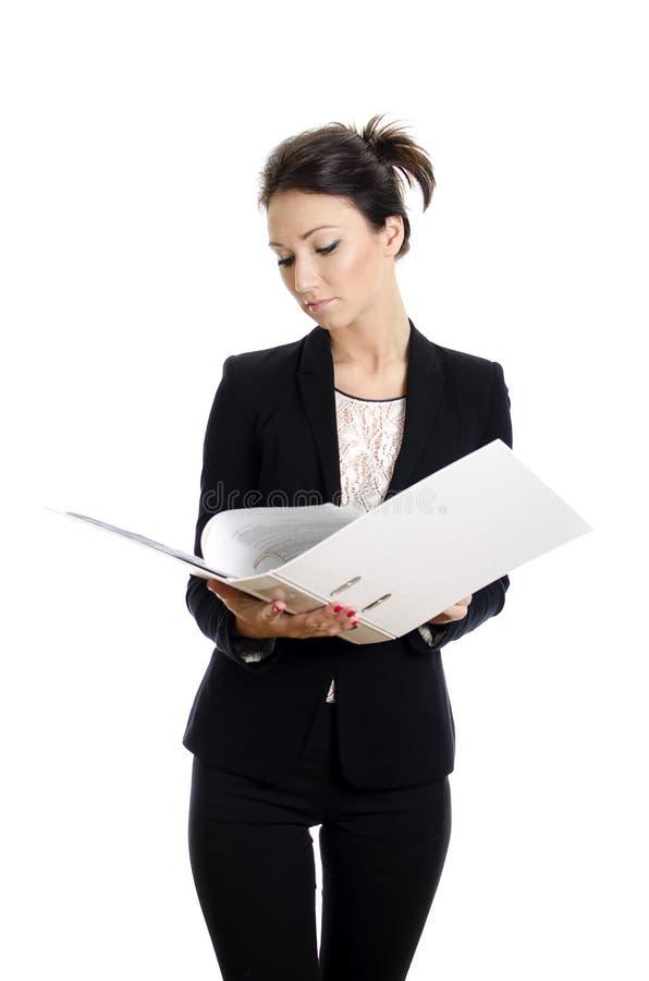 attraktiva förlagor som läser kvinnan royaltyfri foto