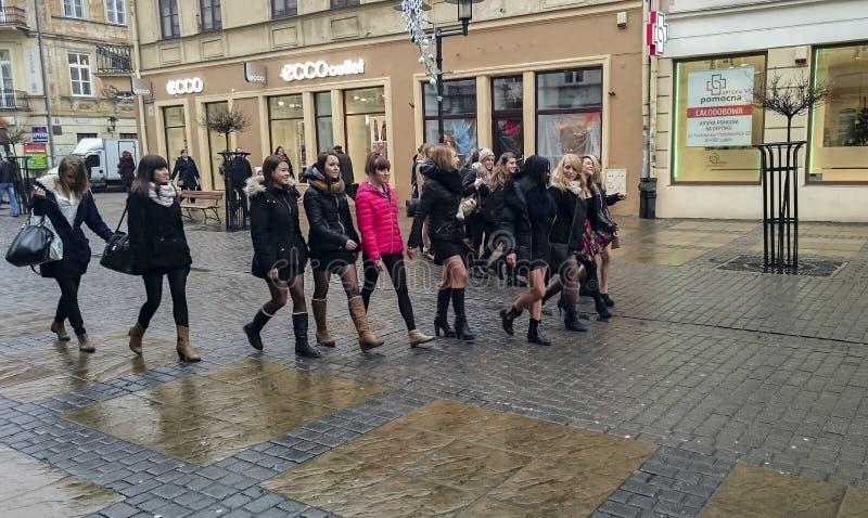 Attraktiva flickor på den centrala fot- gatan av Lublin arkivbilder