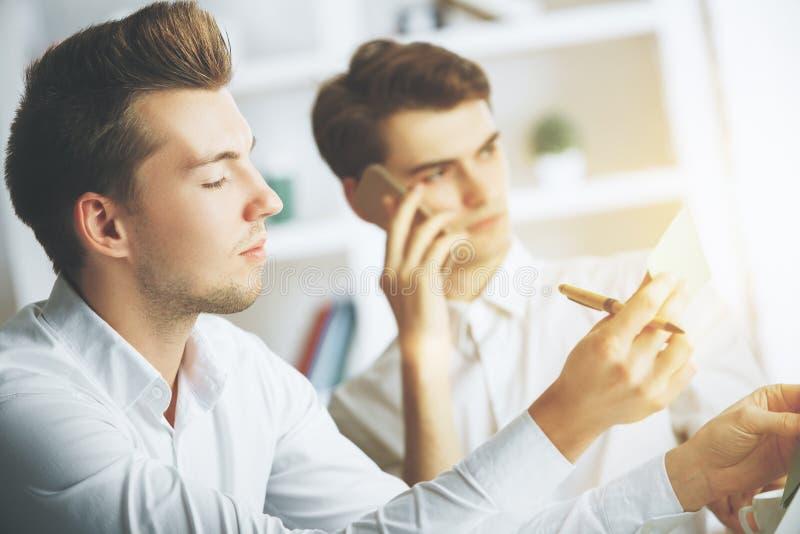 Attraktiva grabbar som talar på telefonen arkivfoto
