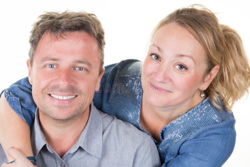 Attraktiva lyckliga par som kramar förälskat se sött arkivfoto