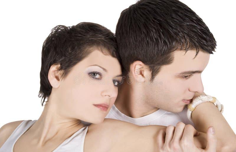 Attraktiva man- och kvinnapar som är förälskade över vit royaltyfria foton