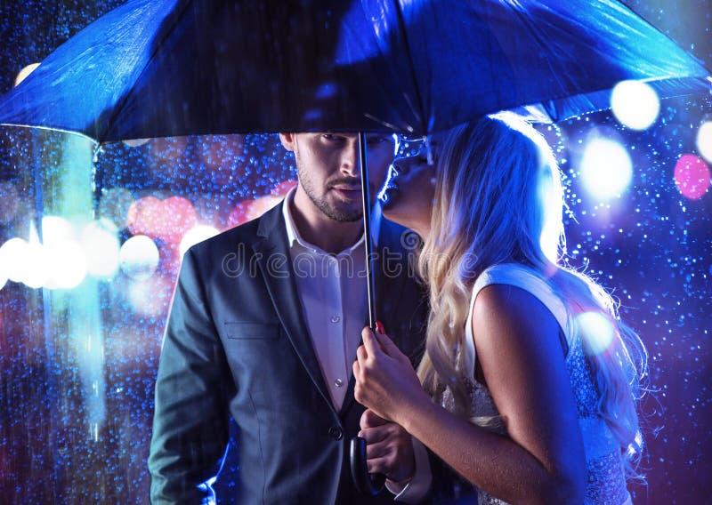 Attraktiva par på ett regnigt datum royaltyfri foto