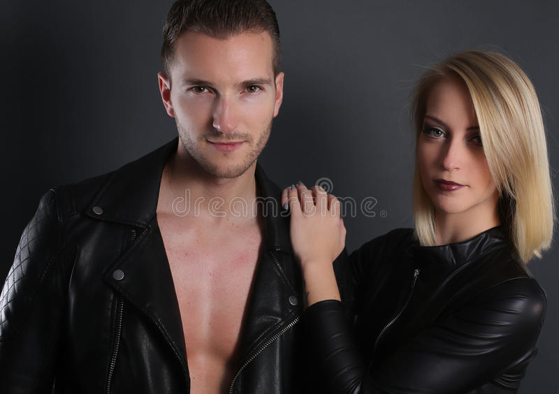 Attraktiva par som bär ett svart läderomslag royaltyfri bild
