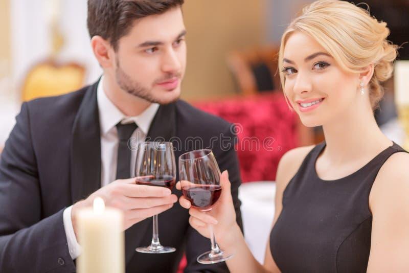 Attraktiva par som besöker den lyxiga restaurangen royaltyfria foton