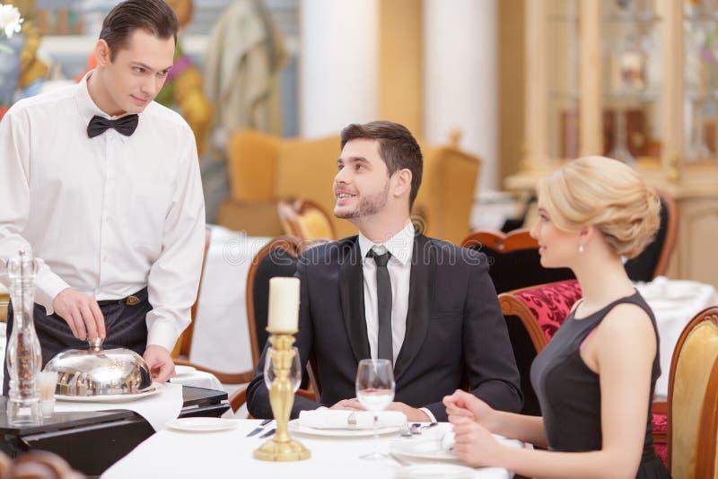 Attraktiva par som besöker den lyxiga restaurangen fotografering för bildbyråer