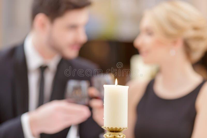 Attraktiva par som besöker den lyxiga restaurangen arkivbilder