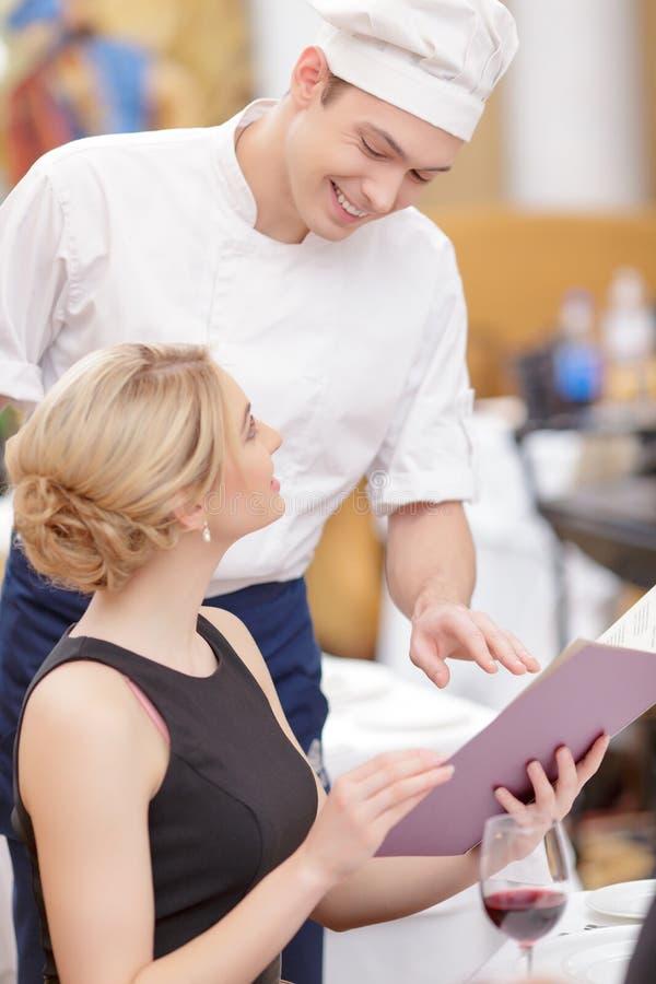 Attraktiva par som besöker den lyxiga restaurangen royaltyfria bilder