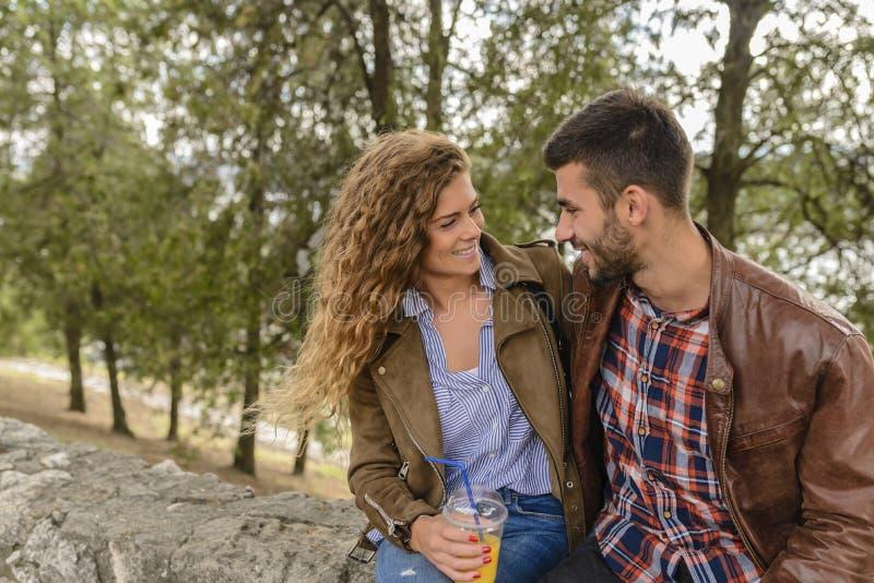 Attraktiva par som förnyar i parkera arkivfoton