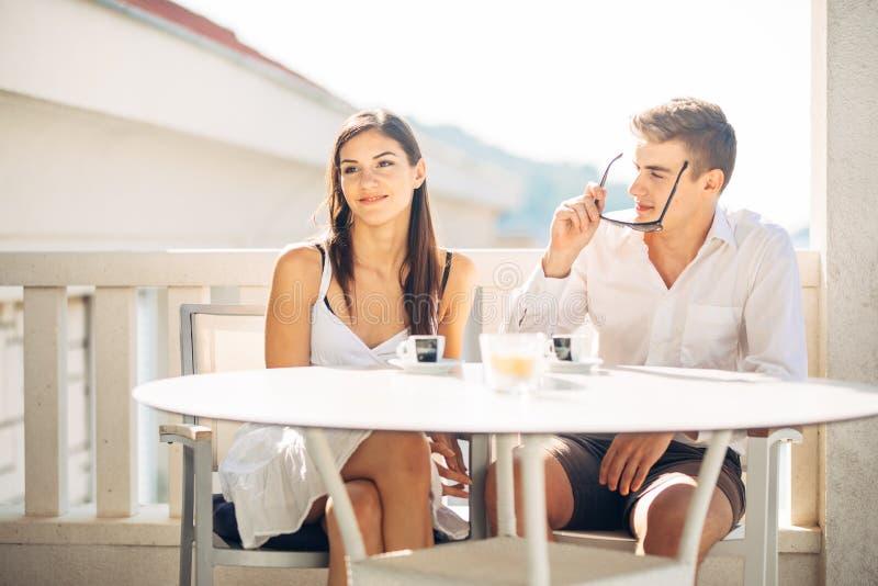 Attraktiva par som har det första datumet Blindträff Kaffe med en vän Le lyckligt folk som har ett kaffe som daterar arkivbild