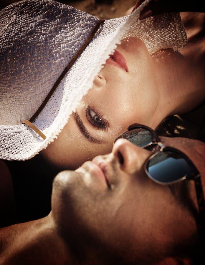 Attraktiva par som kopplar av på en tropisk ö arkivfoto