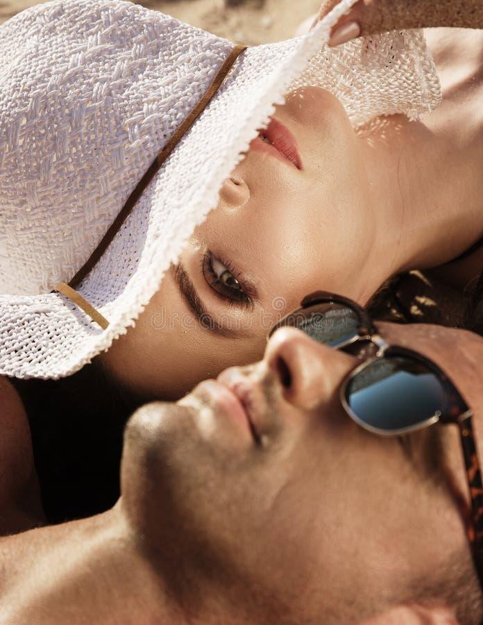 Attraktiva par som kopplar av på en tropisk ö fotografering för bildbyråer