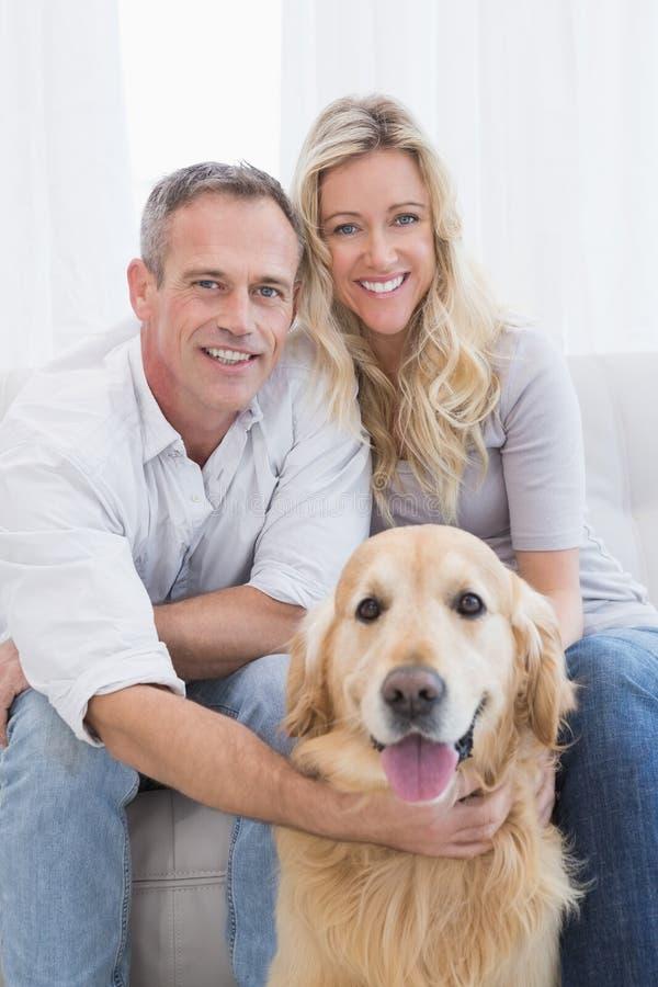 Attraktiva par som tycker om deras hundkapplöpningföretag royaltyfri fotografi