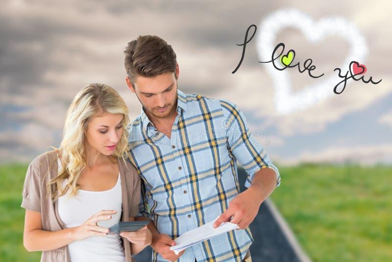 Attraktiva par som utarbetar deras finanser royaltyfria foton