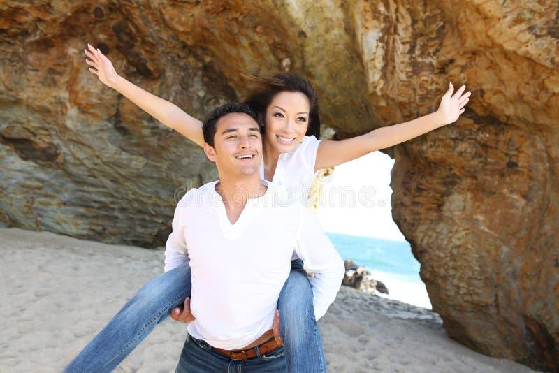 attraktiva strandpar royaltyfria foton